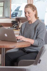 Eva Fallenecker am PC