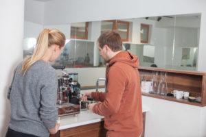 Eva Fallenecker und Florian Greimel bei der Kaffeemaschine